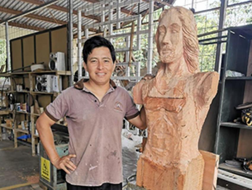 Guatuseño aprovechó confinamiento para tallar escultura