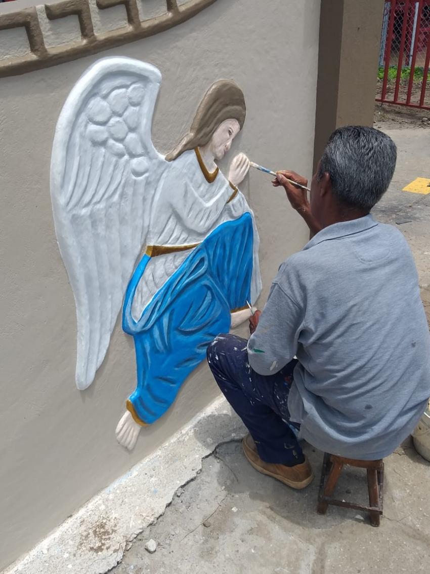 Artista diseñó angelitos en bajo relieve en las paredes de templo de Sardinal