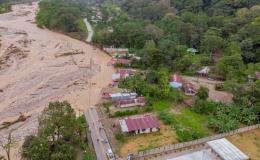 Damnificados por inundaciones se refugian en parroquias