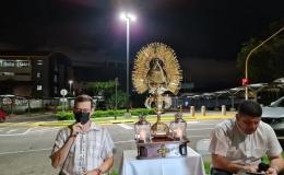 Sacerdote y colaboradores rezan frente al Hospital San Vicente de Paúl